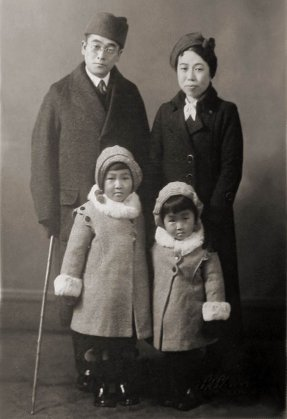 Imai Yasuko (front row right side) with parents and older sister Yumiko